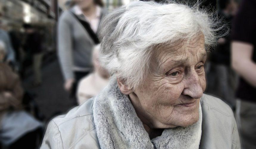 Prove di dialogo intergenerazionale: tre ragazze in una casa per anziani
